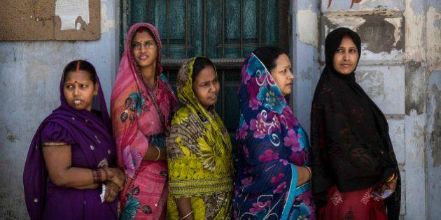 Dos indias condenadas a ser violadas movilizan la indignación