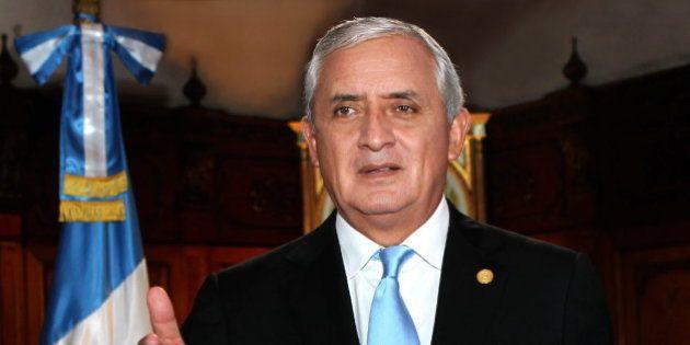 Dimite el presidente de Guatemala tras ordenarse su detención por