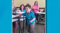 Este niño camina por primera vez entre los aplausos de sus