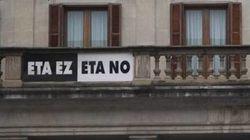 Vitoria retira el cartel 'ETA no' de la fachada del Ayuntamiento tras 15