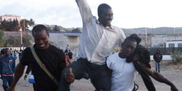 Cerca de 500 subsaharianos saltan la valla de Melilla según la