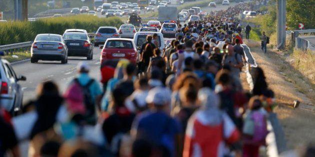 Cientos de refugiados dejan Budapest a pie rumbo a