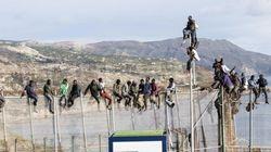 Más de una veintena de inmigrantes, encaramados durante horas en la valla de