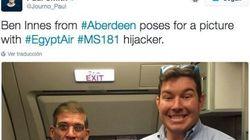La surrealista foto de un pasajero con el secuestrador del avión en