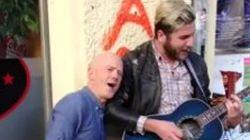 Momentazo: el cantante original se suma al músico callejero