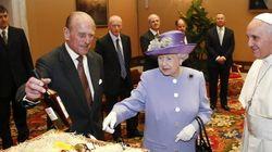 Isabel II conoce al papa: llega tarde, se va antes y le regala