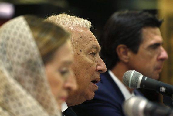 El velo se le escurre varias veces a la ministra de Fomento durante una rueda de prensa en