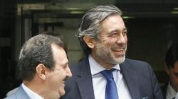 El juez del TC Enrique López, cazado conduciendo sin casco y