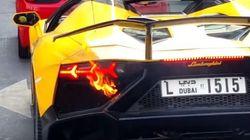 Un coche de lujo arde de repente en un semáforo