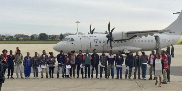 La UE inicia el reparto de los refugiados: los primeros viajan de Italia a