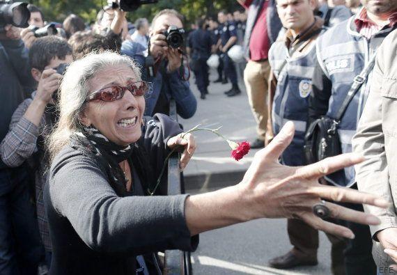 Miles de personas protestan contra el Gobierno cerca del lugar del atentado de