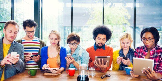 ¿De verdad están aislando las redes sociales a los más