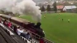 ¿Qué hace un tren pasando en mitad de este partido de