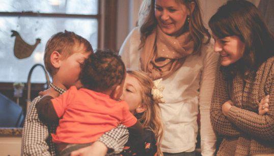 27 fotos de familias adoptivas que te cortarán la