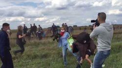 Una reportera pega patadas y pone zancadillas a varios