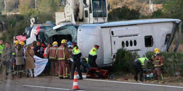 Al menos 13 muertos al chocar un autocar y un coche en
