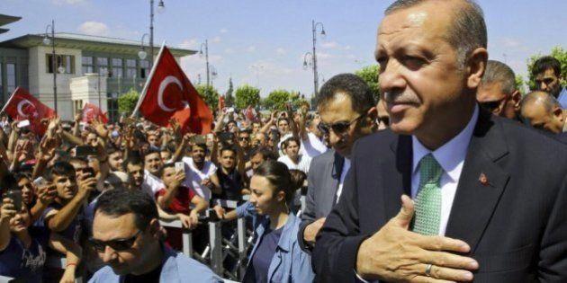 Sigue la tensión en Turquía: los seguidores de Erdogan destrozan una
