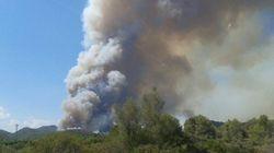 27 medios aéreos trabajan en un incendio forestal en
