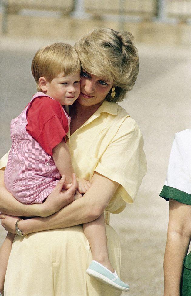 El príncipe Enrique, arrepentido por tardar en hablar de la muerte de su madre,