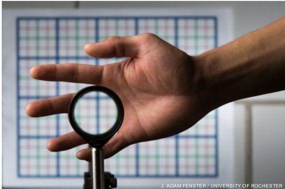 Científicos de la Universidad de Rochester patentan una capa de invisibilidad 'low cost'