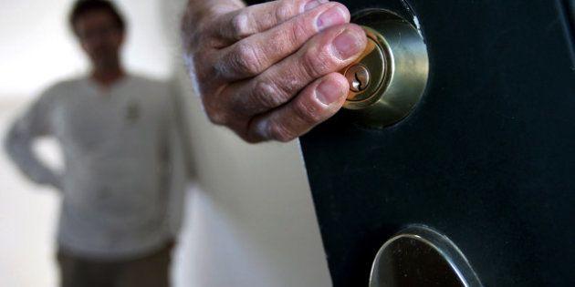 Desahucio de Carmen en Vallecas, Madrid: el juez expulsa de su casa a una anciana que avaló a su