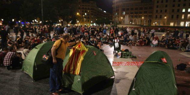 La policía retira las tiendas de la acampada a favor del