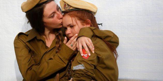 El beso entre dos soldados y una mano atravesando una cascada entre otras fotos del