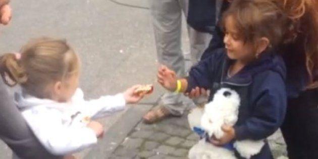 Esta niña alemana da una lección de solidaridad compartiendo sus caramelos con una niña