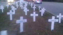 Un cementerio de 157 cruces contra los despidos en HP