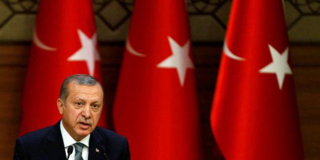 Erdogan cierra más de 130 medios de comunicación en