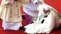 El papa se cae durante una misa en Polonia