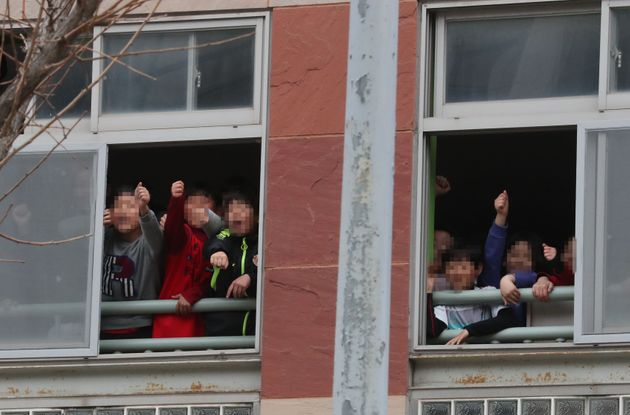 한 극우단체 회원들이 광주의 초등학교로