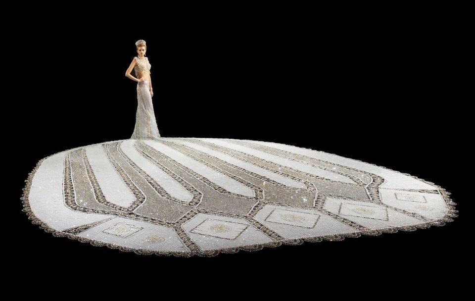 El vestido de novia ideal para excesivas: está hecho con perlas y pesa 180 kilos