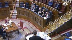 Rajoy y Santamaría hablan por el móvil en pleno debate y Coscubiela se planta