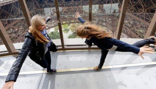 El suelo de la torre Eiffel te va a dar un poco de