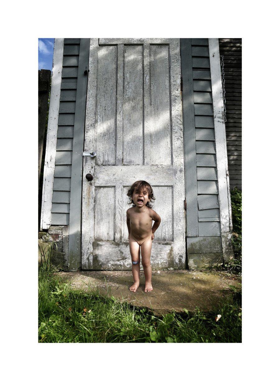 La gente calificó de pornográficas estas fotos de la hija de un artista. Y esto fue lo que él
