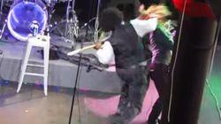 El rapero Afroman arrea un puñetazo a una fan en pleno concierto