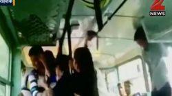 Las acosan en un autobús de la India y se defienden así