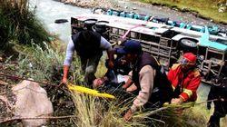 23 muertos y 34 heridos al caer un bus a un río en