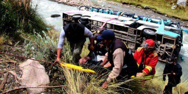 Al menos 23 muertos y 34 heridos al caer autobús a río de sur de