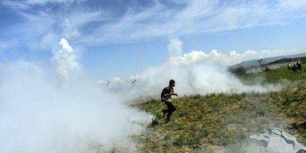 La Guardia fronteriza macedonia reprime con gases un intento de cruzar la frontera por parte de los