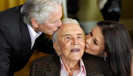 Kirk Douglas cumple 100 años y lo celebra con un