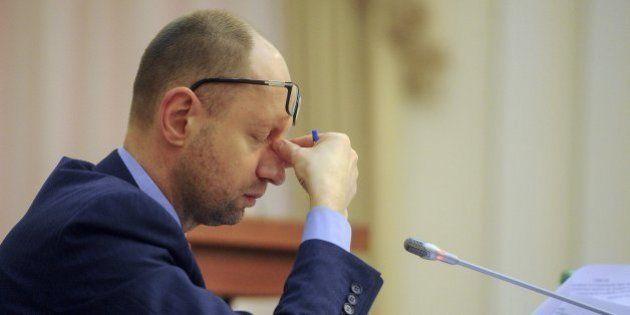 Yatseniuk cede a las presiones y dimite como primer ministro de