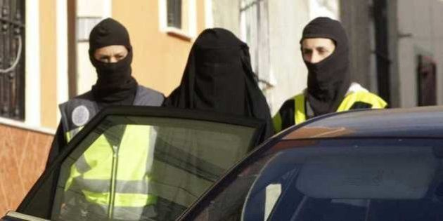 Detienen en Barajas a una española que iba a unirse al EI en