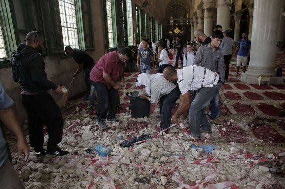 Grave choque entre civiles palestinos y policías israelíes en el interior de la mezquita de Al