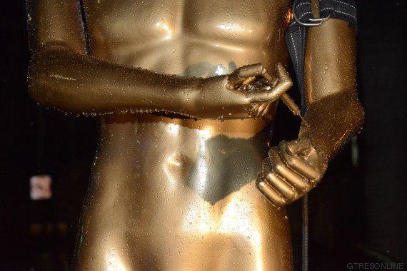 El artista Plastic Jesus escandaliza a Hollywood con una estatua de un Oscar esnifando