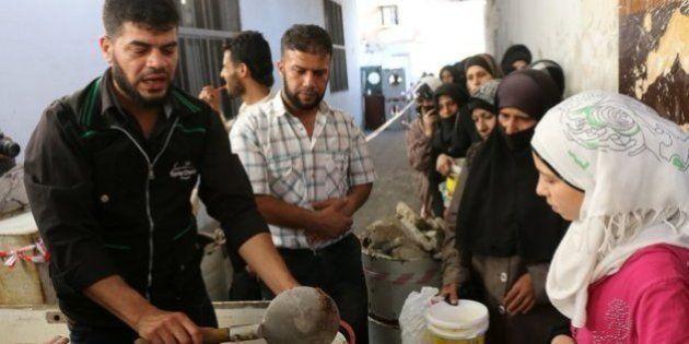 Un hombre ayuda a los sirios atrapados en Alepo durante el