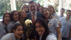 El 'selfie' de Rajoy con las chicas del waterpolo