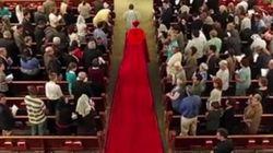 Las fotos del nuevo obispo de Valencia con una capa como esta