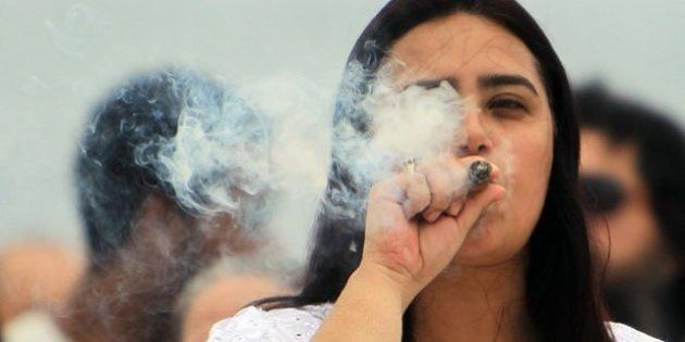 Los españoles gastaron 353 euros en tabaco y 700 en alcohol en 2015, un 20%